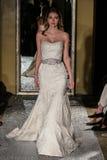 纽约, NY - 10月09日:模型走佩带Oleg卡西尼秋天2015新娘收藏的跑道 图库摄影