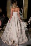 纽约, NY - 10月09日:模型走佩带Oleg卡西尼秋天2015新娘收藏的跑道 免版税库存照片
