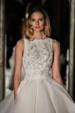 纽约, NY - 10月09日:模型走佩带Oleg卡西尼秋天2015新娘收藏的跑道 库存照片