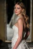 纽约, NY - 10月09日:模型走佩带Oleg卡西尼秋天2015新娘收藏的跑道 免版税图库摄影
