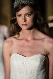 纽约, NY - 10月09日:模型走佩带Oleg卡西尼秋天2015新娘收藏的跑道 库存图片