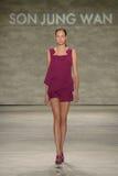 纽约, NY - 9月06日:模型走跑道在儿子Jung苍白春天2015时装表演 图库摄影