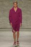 纽约, NY - 9月06日:模型走跑道在儿子Jung苍白春天2015时装表演 库存照片