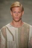 纽约, NY - 9月06日:模型走跑道在儿子Jung苍白春天2015时装表演 免版税库存照片