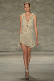 纽约, NY - 9月06日:模型走跑道在儿子Jung苍白春天2015时装表演 库存图片