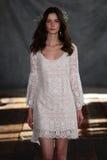 纽约, NY - 6月16日:模型走跑道在克莱尔Pettibone春天2015新娘汇集展示 库存图片