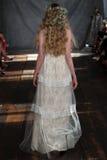 纽约, NY - 6月16日:模型走跑道在克莱尔Pettibone春天2015新娘汇集展示 库存照片