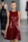 纽约, NY - 9月11日:模型走跑道在卡文・克莱汇集时装表演 免版税库存图片