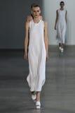 纽约, NY - 9月11日:模型走跑道在卡文・克莱汇集时装表演 库存图片