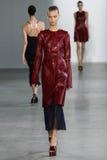 纽约, NY - 9月11日:模型走跑道在卡文・克莱汇集时装表演 库存照片