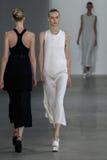 纽约, NY - 9月11日:模型走跑道在卡文・克莱汇集时装表演 免版税库存照片