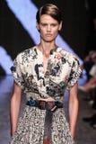 纽约, NY - 9月08日:模型走跑道在唐娜Karan春天2015时装表演 免版税库存照片