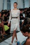 纽约, NY - 9月09日:模型走跑道在奥斯卡De La伦塔时装表演 免版税库存照片