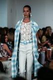 纽约, NY - 9月09日:模型走跑道在奥斯卡De La伦塔时装表演 免版税图库摄影
