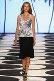 纽约, NY - 9月05日:模型走跑道在尼科尔米勒时装表演 免版税库存照片