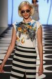 纽约, NY - 9月05日:模型走跑道在尼科尔米勒春天2015时尚汇集 免版税库存照片