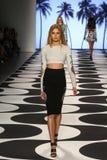 纽约, NY - 9月05日:模型走跑道在尼科尔米勒春天2015时尚汇集 库存照片
