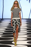纽约, NY - 9月05日:模型走跑道在尼科尔米勒春天2015时装表演 图库摄影