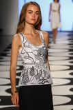 纽约, NY - 9月05日:模型走跑道在尼科尔米勒春天2015时装表演 免版税图库摄影