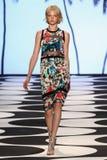 纽约, NY - 9月05日:模型走跑道在尼科尔米勒春天2015时装表演 库存照片