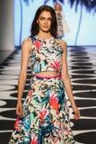 纽约, NY - 9月05日:模型走跑道在尼科尔米勒春天2015时装表演 库存图片