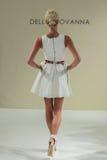 纽约, NY - 10月09日:模型走跑道在德拉焦万纳新娘跑道展示 图库摄影