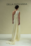 纽约, NY - 10月09日:模型走跑道在德拉焦万纳新娘跑道展示 库存图片