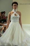 纽约, NY - 10月09日:模型走跑道在德拉焦万纳新娘跑道展示 库存照片