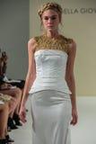 纽约, NY - 10月09日:模型走跑道在德拉焦万纳新娘跑道展示 免版税库存图片