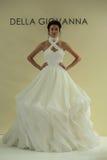 纽约, NY - 10月09日:模型走跑道在德拉焦万纳新娘跑道展示 免版税图库摄影