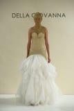 纽约, NY - 10月09日:模型走跑道在德拉焦万纳新娘跑道展示 免版税库存照片