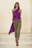 纽约, NY - 9月11日:模型走跑道在拉尔夫・洛朗春天2015时尚汇集 免版税库存照片