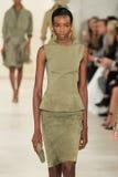 纽约, NY - 9月11日:模型走跑道在拉尔夫・洛朗春天2015时尚汇集 免版税图库摄影