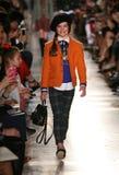 纽约, NY - 5月19日:模型走跑道在拉尔夫・洛朗秋天14儿童的时装表演 库存照片