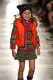 纽约, NY - 5月19日:模型走跑道在拉尔夫・洛朗秋天14儿童的时装表演 免版税库存图片