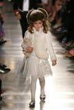 纽约, NY - 5月19日:模型走跑道在拉尔夫・洛朗秋天14儿童的时装表演 免版税图库摄影