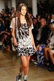 纽约, NY - 9月10日:模型走跑道在杰里米斯科特时装表演 免版税库存图片