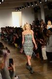 纽约, NY - 9月10日:模型走跑道在杰里米斯科特时装表演 库存图片