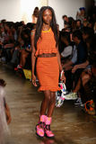 纽约, NY - 9月10日:模型走跑道在杰里米斯科特时装表演 库存照片