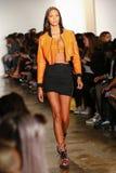纽约, NY - 9月10日:模型走跑道在杰里米斯科特时装表演 免版税图库摄影