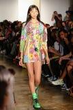 纽约, NY - 9月10日:模型走跑道在杰里米斯科特时装表演 图库摄影