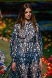 纽约, NY - 9月08日:模型走跑道在汤米・席尔菲格妇女的时装表演 免版税库存照片