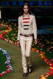 纽约, NY - 9月08日:模型走跑道在汤米・席尔菲格妇女的时装表演 图库摄影
