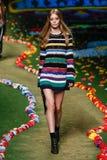 纽约, NY - 9月08日:模型走跑道在汤米・席尔菲格妇女的时装表演 库存图片