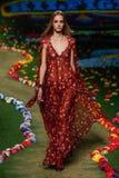 纽约, NY - 9月08日:模型走跑道在汤米・席尔菲格妇女的时装表演 免版税图库摄影