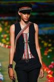 纽约, NY - 9月08日:模型走跑道在汤米・席尔菲格妇女的时装表演 免版税库存图片