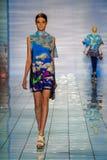 纽约, NY - 9月06日:模型走跑道在谎言SANGBONG春天夏天2015汇集 库存照片