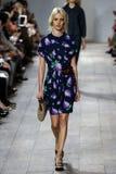 纽约, NY - 9月10日:模型走跑道在迈可・寇斯春天2015时尚汇集 库存照片