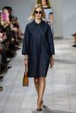 纽约, NY - 9月10日:模型走跑道在迈可・寇斯春天2015时尚汇集 免版税库存照片
