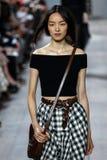 纽约, NY - 9月10日:模型走跑道在迈可・寇斯春天2015时尚汇集 免版税图库摄影